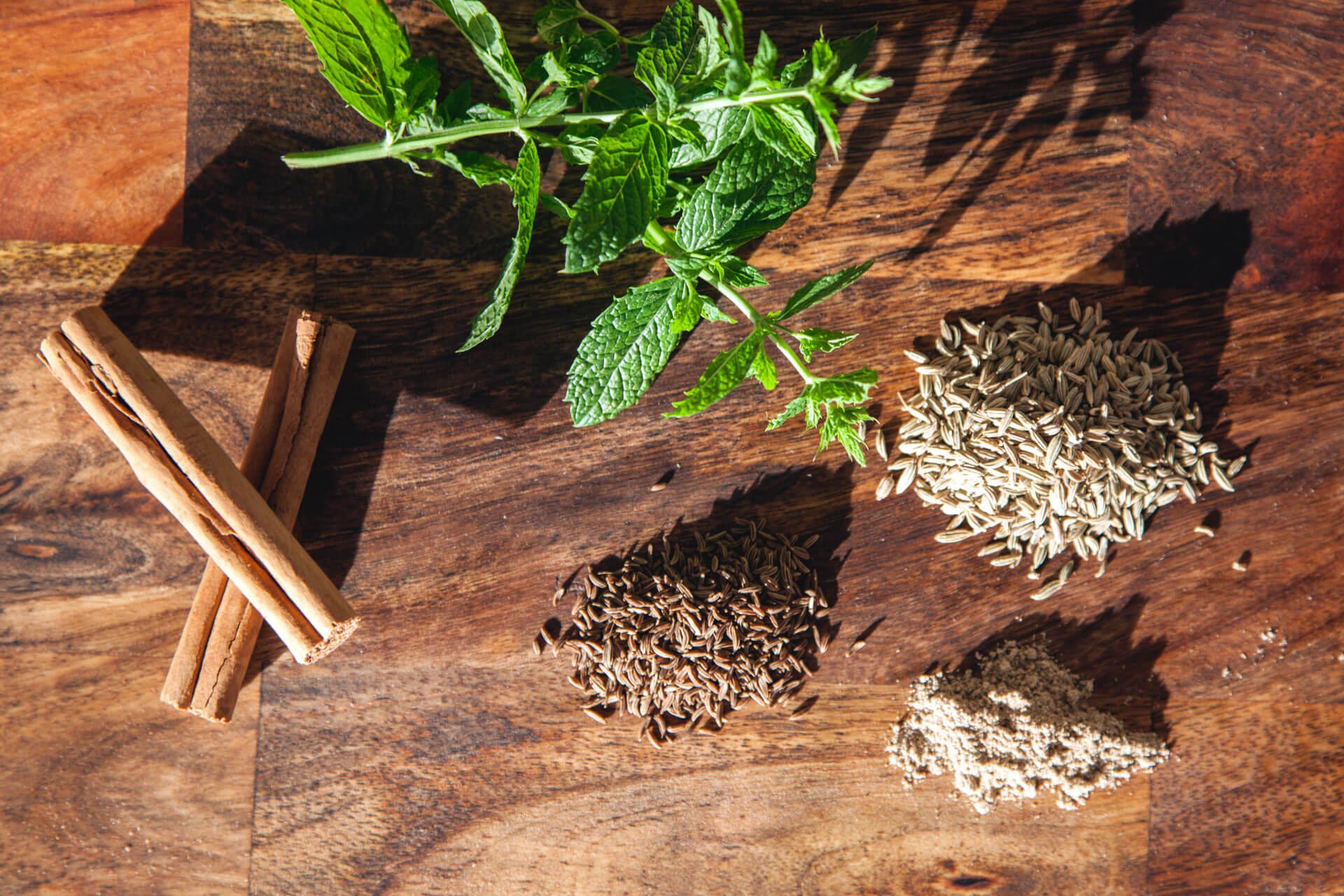 , Ajurwedyjskie przepisy na relaksujące i wzmacniające napary ziołowe